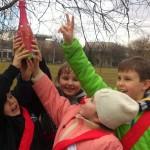 Wspólna zabawa dzieci na świeżym powietrzu na urodzinach Kraków