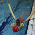 W nauce pływania pomogają ćwiczenia utrzymywania się na wodzie