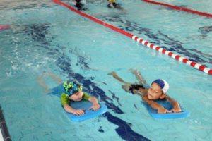 Nauka pływania - ćwiczenia z deską