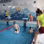 Nauka skakania do wody pomaga przezwyciężyć strach przed wodą