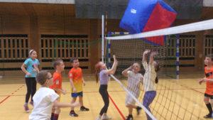 Dzieci na urodzinach w Krakowie podczas gry w siatkówkę