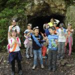 Dzieci koło jaskini na urodzinach w Krakowie