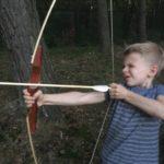 Nauka strzelania z łuku na obozie rowerowo-tenisowym dla dzieci