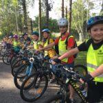 Wycieczka rowerowa podczas obozu rowerowego dla dzieci