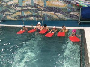 Jak zachęcić i przygotować dziecko na naukę pływania?