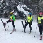 Zajęcia z nauki jazdy na nartach na obozie