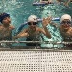 Nauka pływania podczas narciarskiego obozu dla dzieci