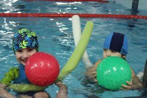 Ćwiczenia profilaktyki wad postawy podczas nauki pływania